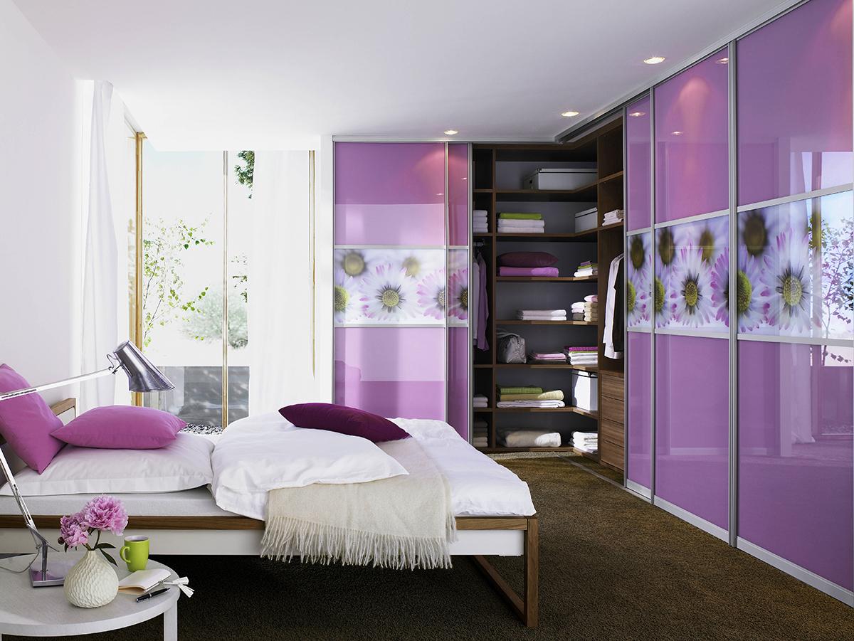 Угловой шкаф в интерьере спальни фиолетовый