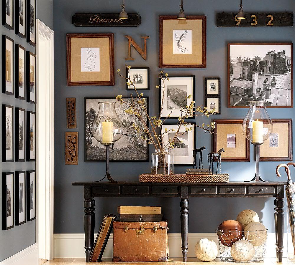 Фотографии на стене в прихожей