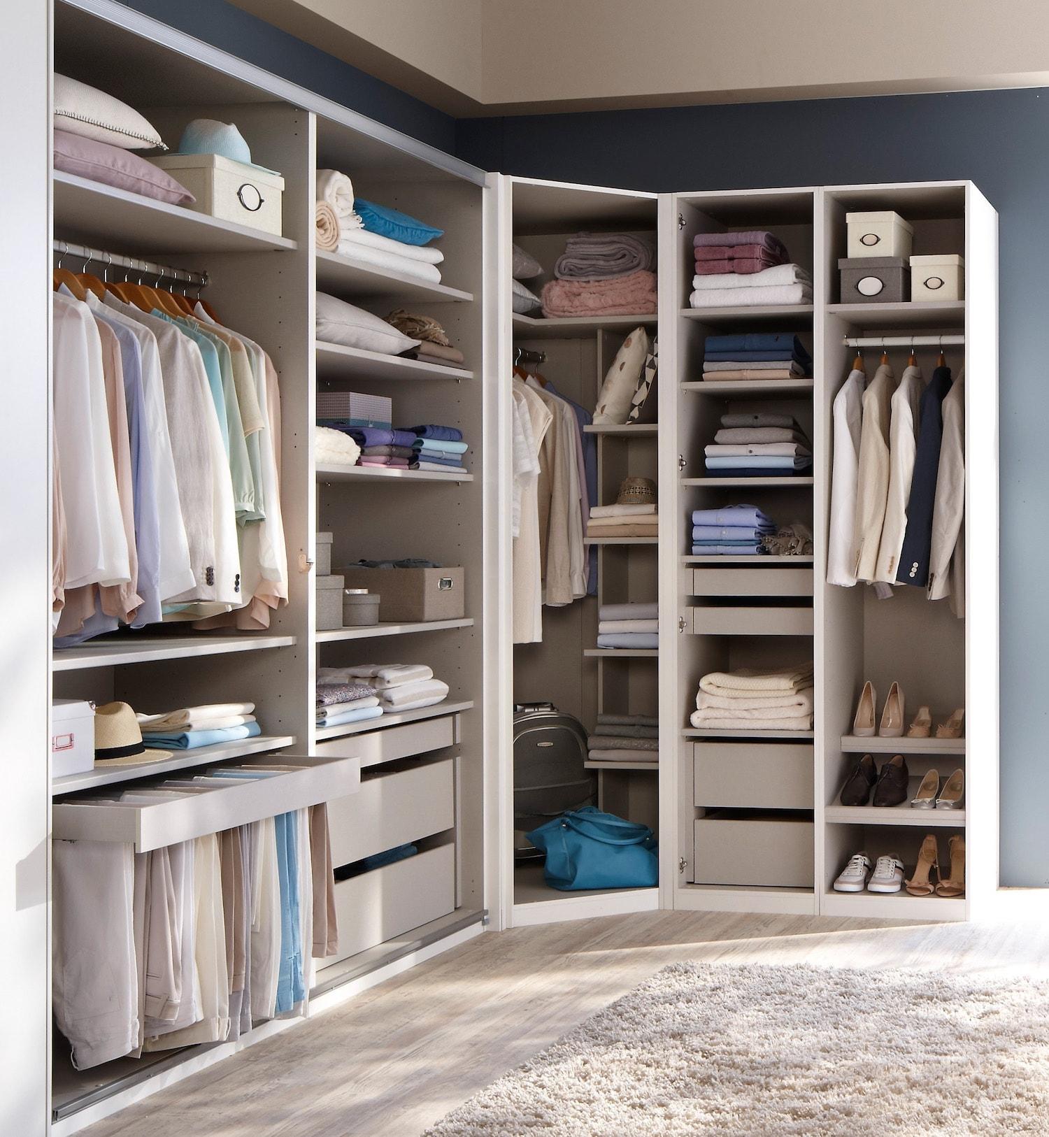 Угловой шкаф гардероб в интерьере спальни