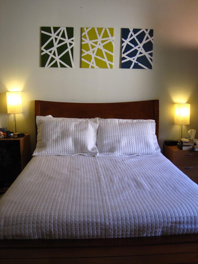 Картины с геометрическим рисунком над кроватью в спальне