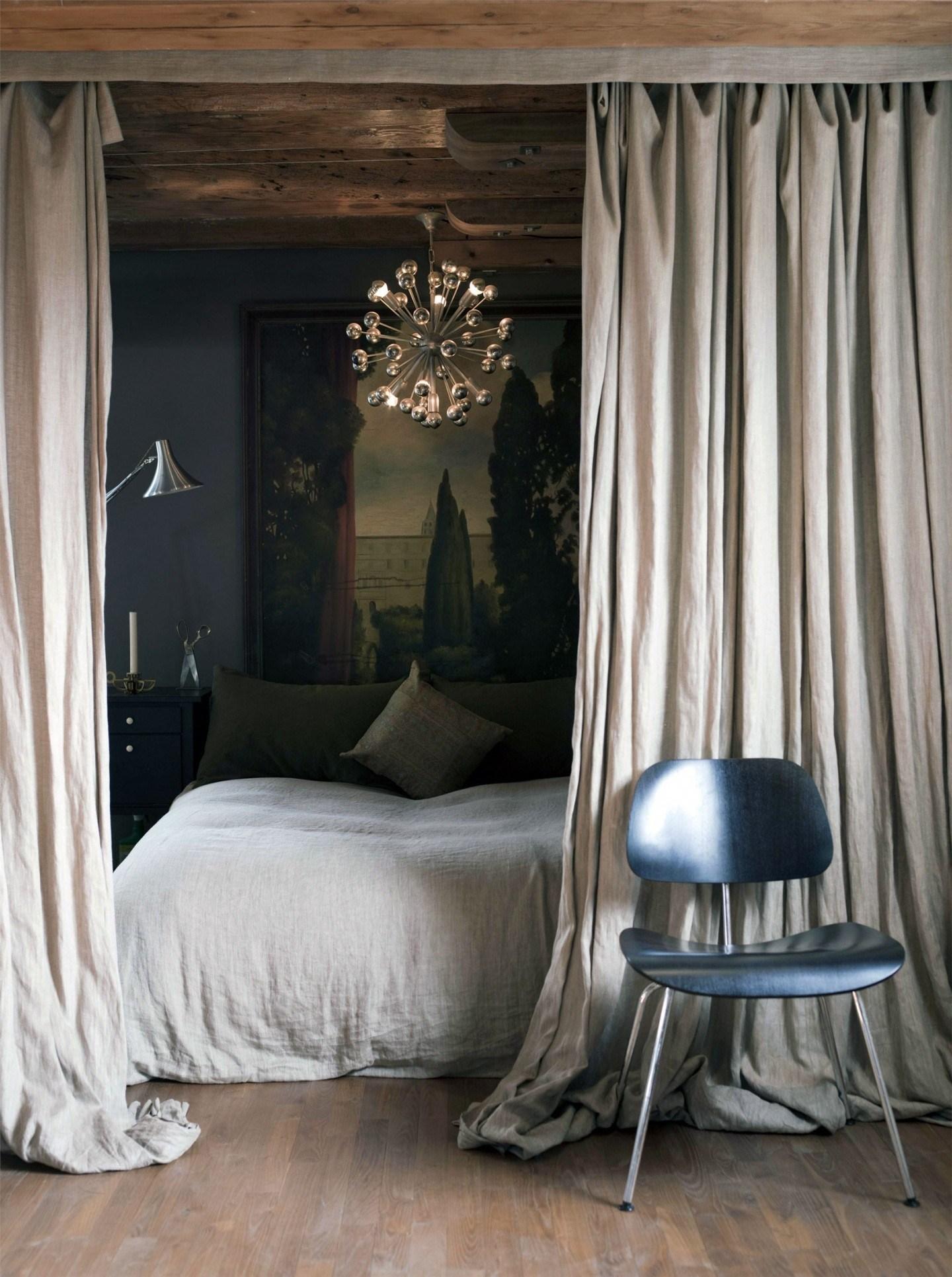 Картина гобеленовая над кроватью в спальне
