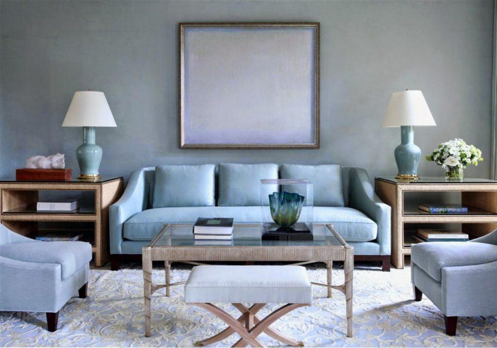 Голубая мебель и стены в гостиной