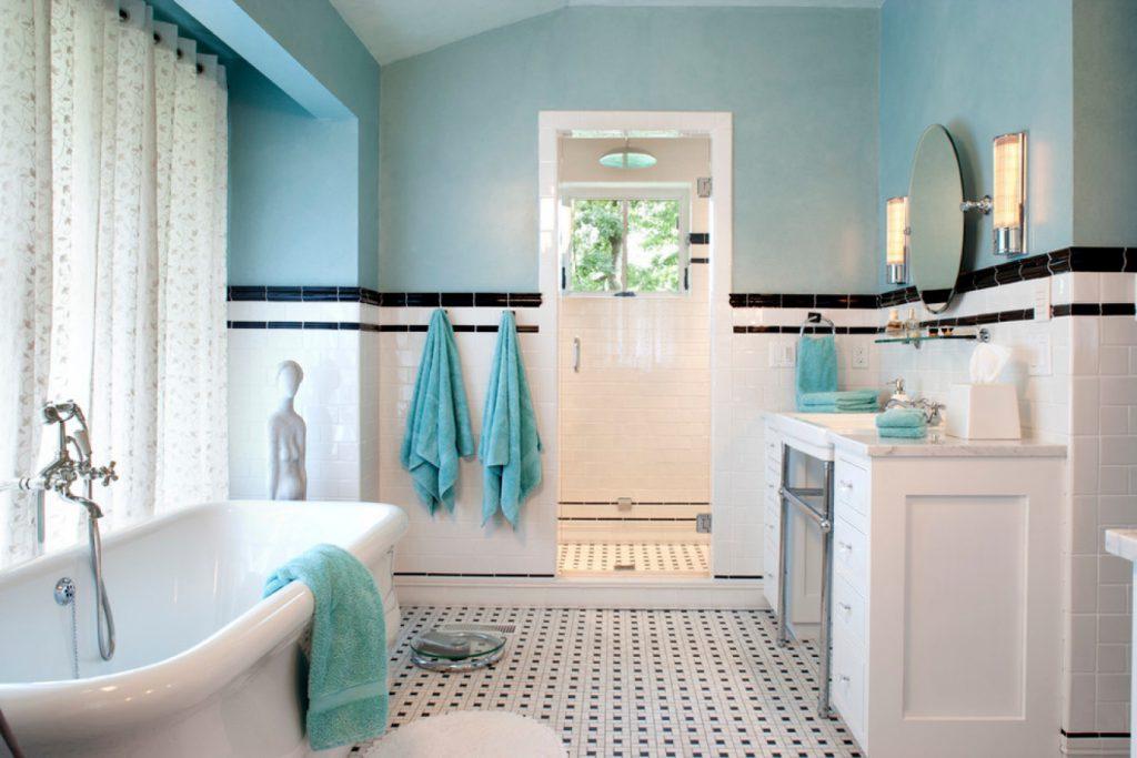 Голубые стены, черная и белая плитка в ванной