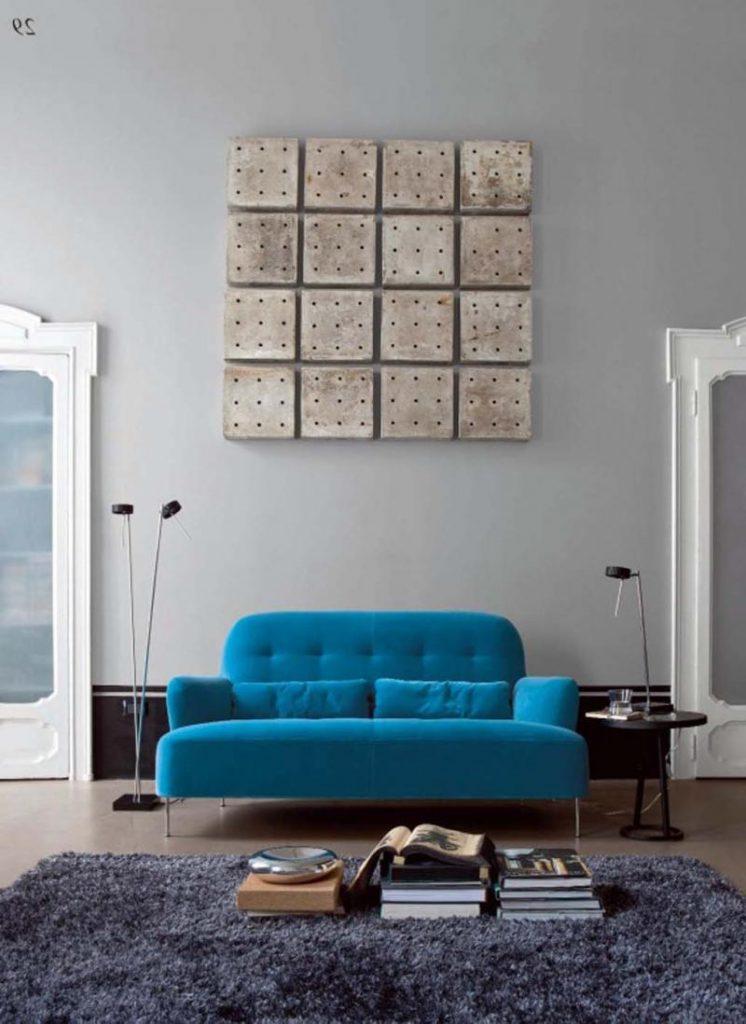 Яркий голубой диван в гостиной