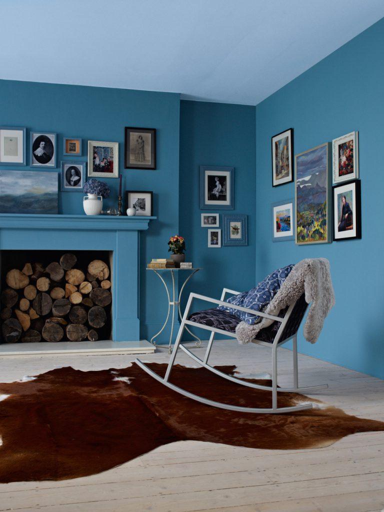 Гостиная с голубым потолком и бирюзовыми стенами