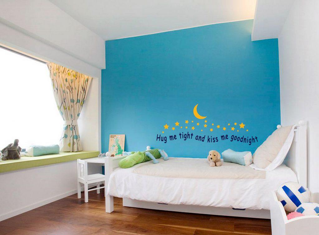Голубая стена в детской комнате