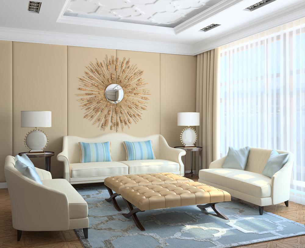 Голубые подушки и ковер в бежево-белой гостиной