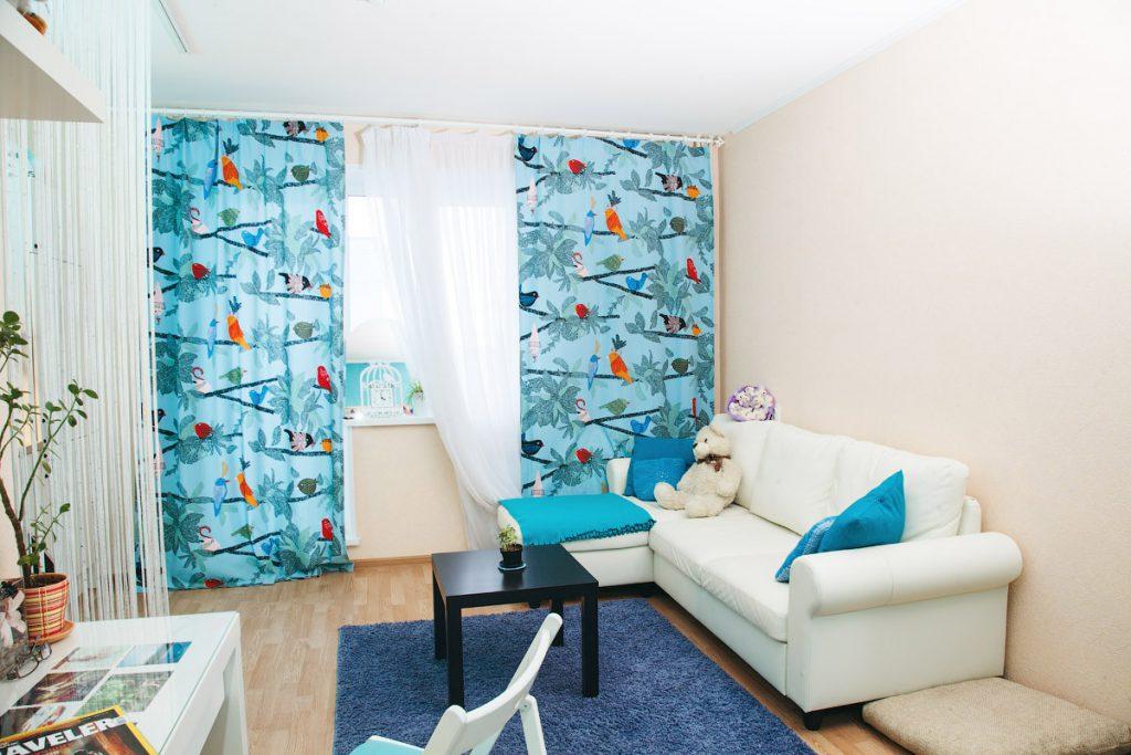 Гостиная с голубыми шторами и аксессуарами