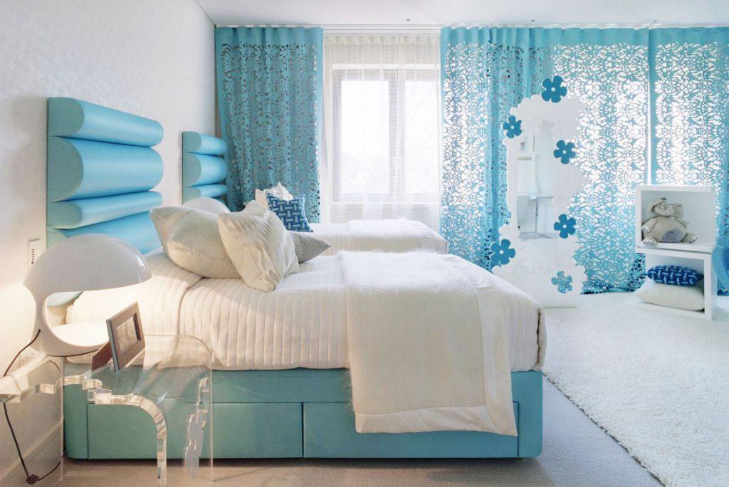 Голубые шторы и кровати в спальне