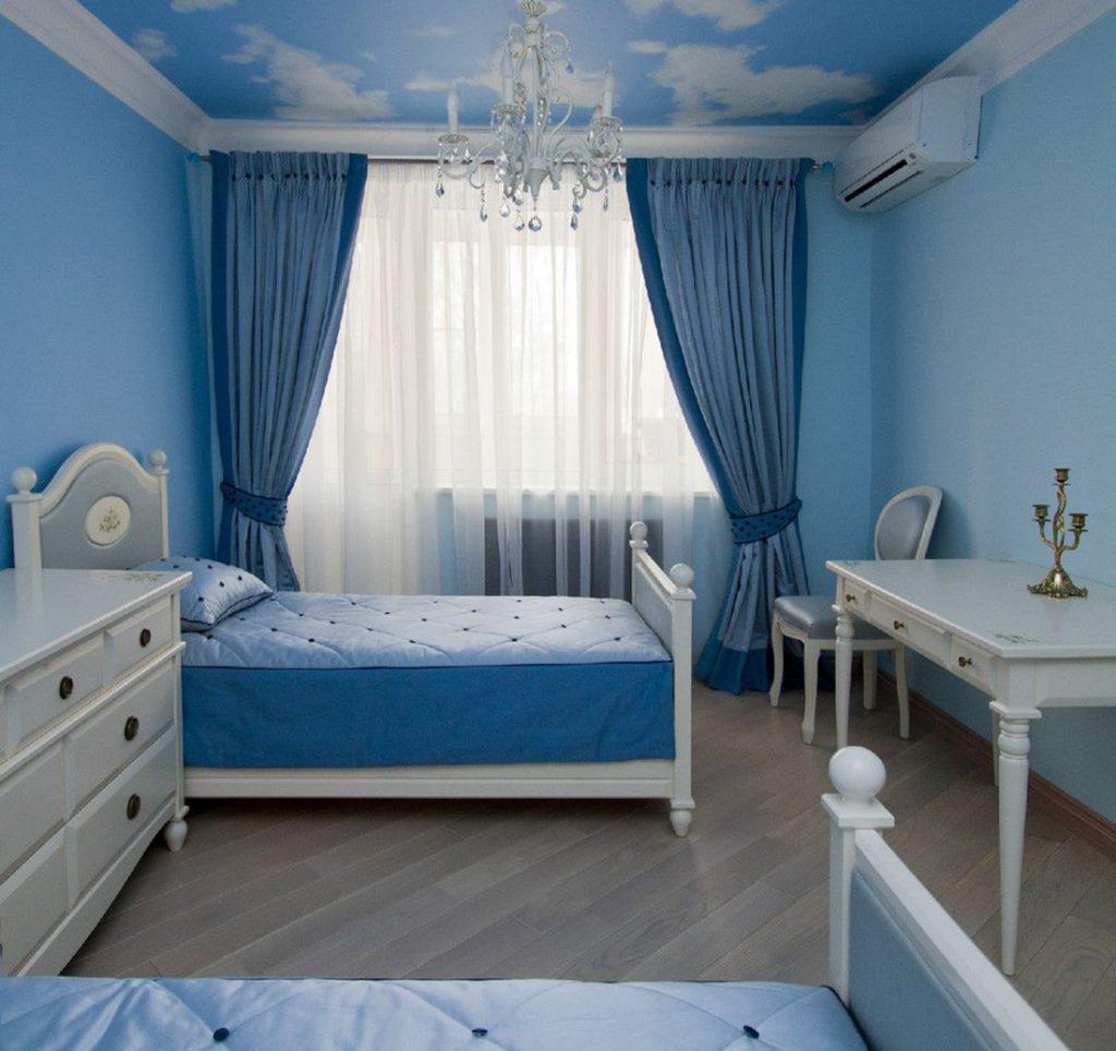Спальная комната с голубыми стенами