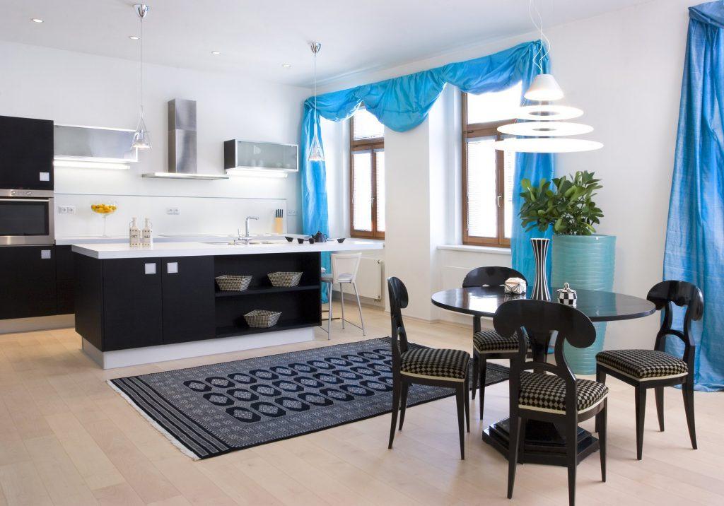 Кухня с голубыми шторами