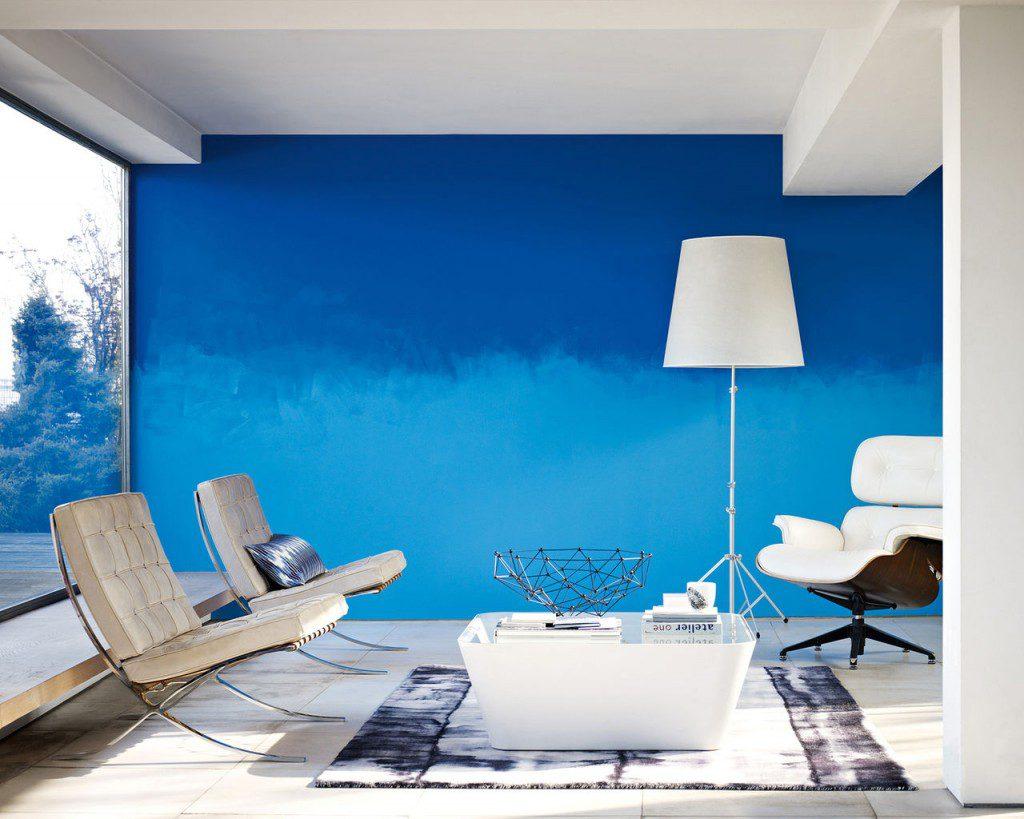 Сине-голубые стены в гостиной