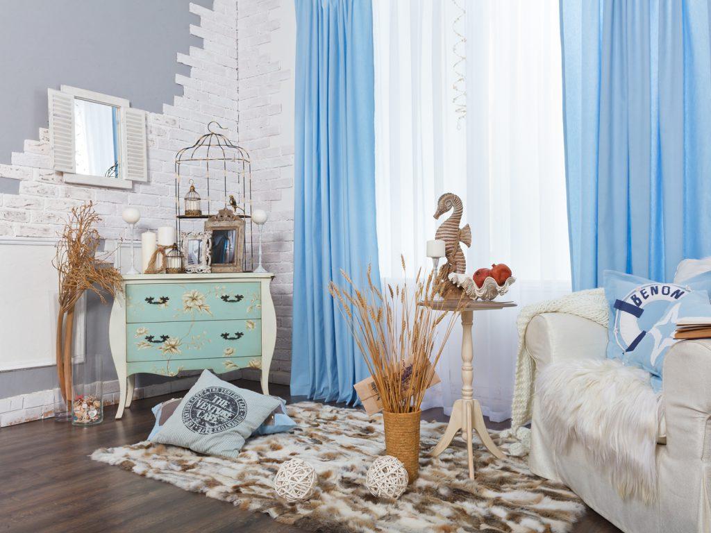Голубые шторы и подушки в гостиной