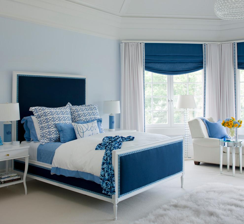 Сочетание белого, голубого и синего цветов в спальне