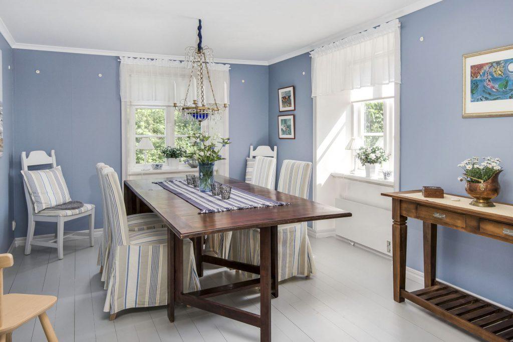 Кухня с бледно-голубыми стенами