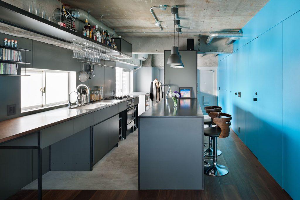 Кухня с голубой стеной