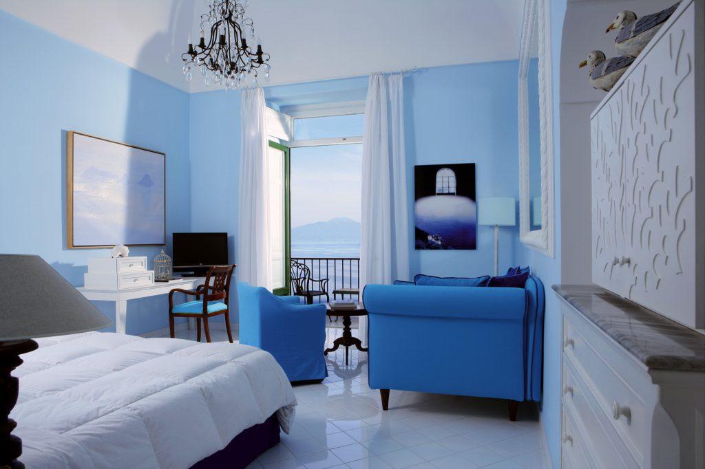 Спальня с голубыми стенами