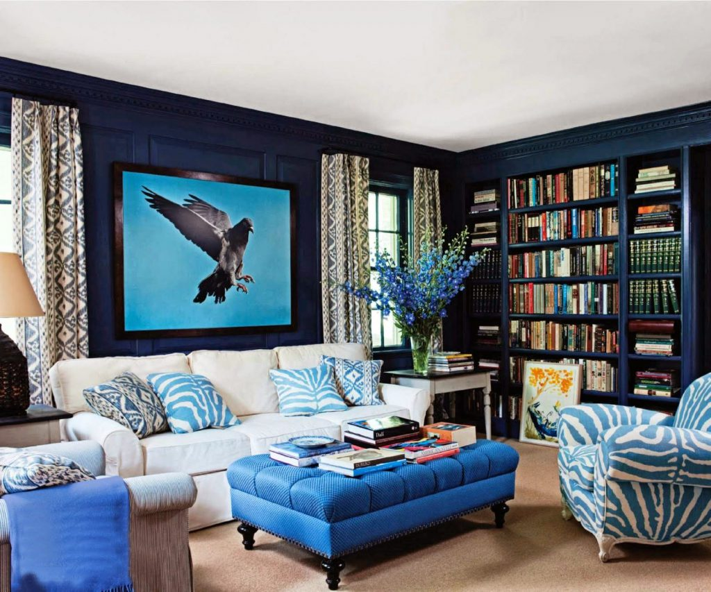 Сочетание голубого и темно-синего в интерьере гостиной
