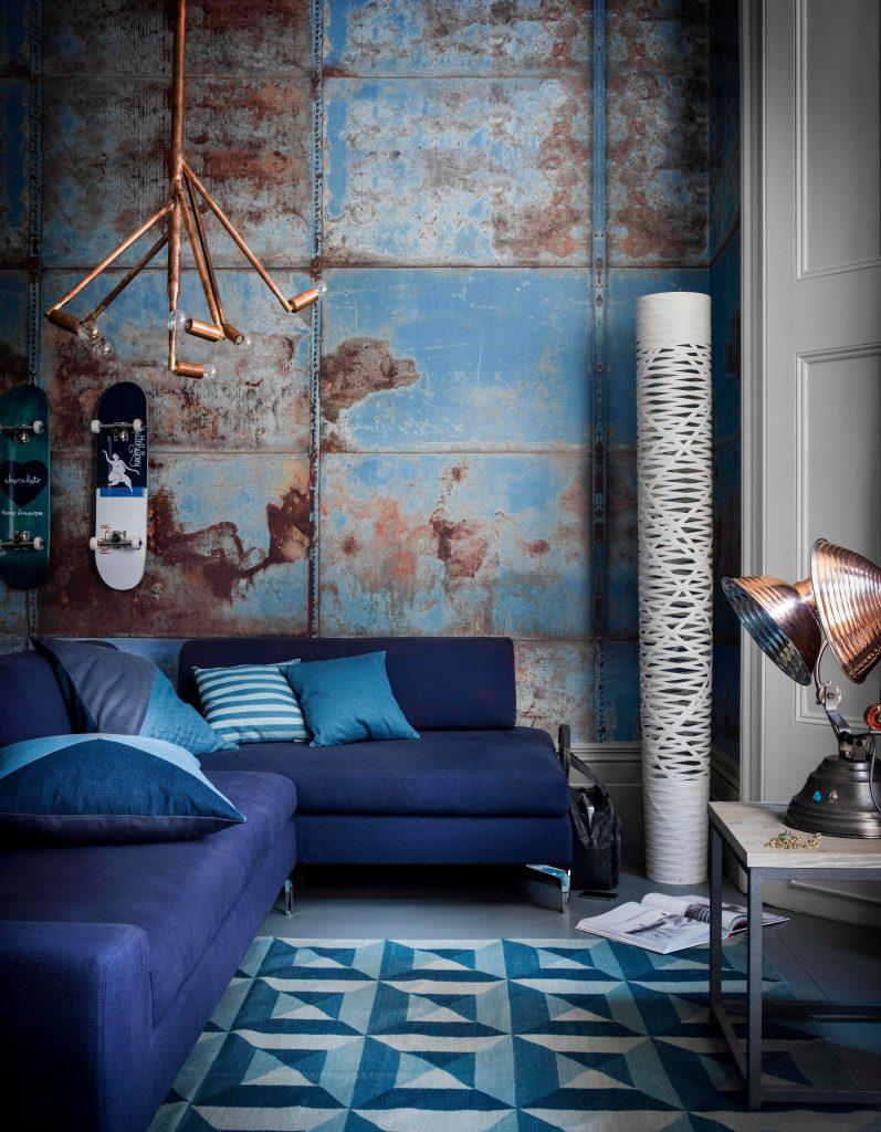 Сочетание голубых и других элементов в гостиной