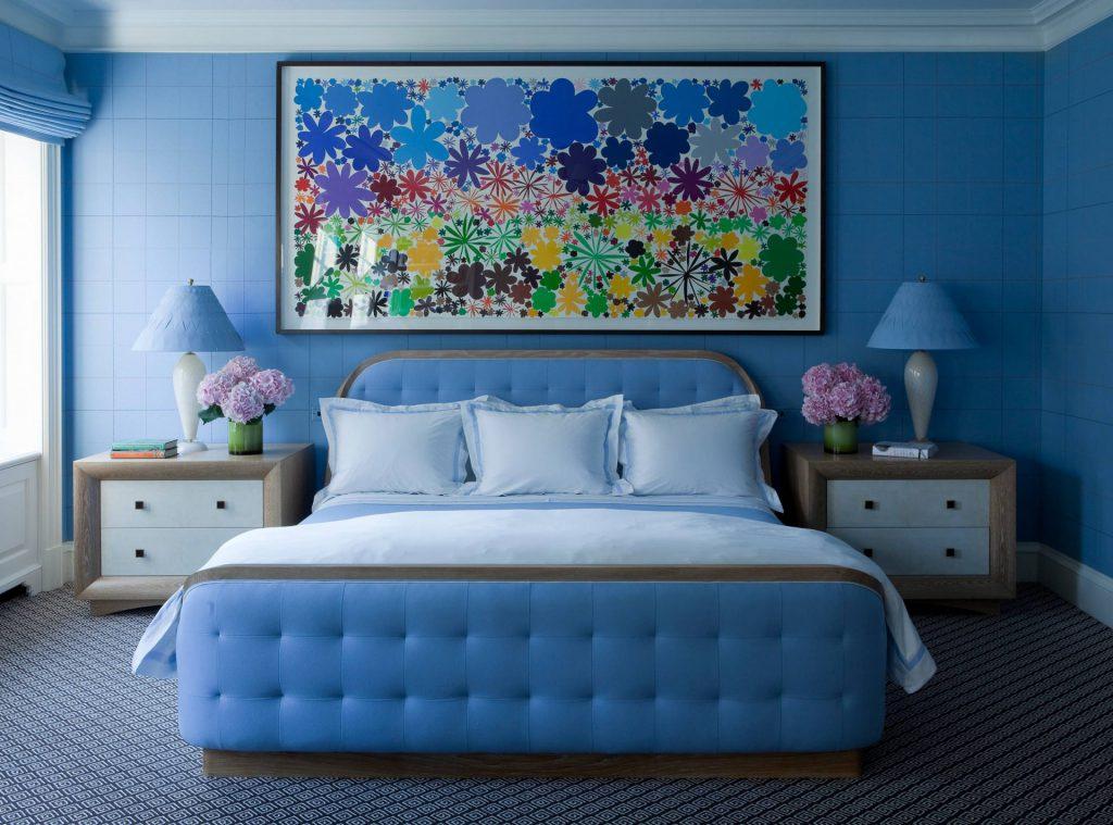Сине-голубая спальня с яркой картиной