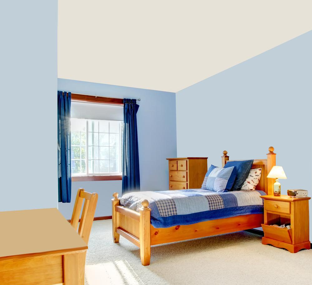 Детская комната с голубыми стенами и белым потолком