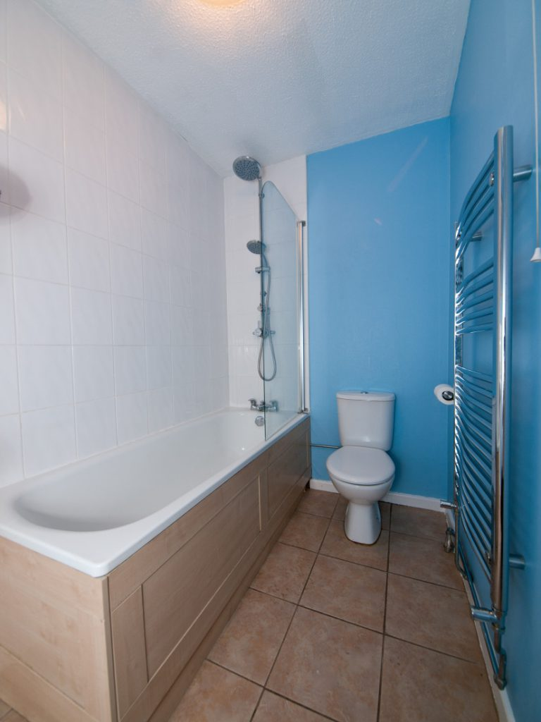 Голубые стены и белая плитка в ванной
