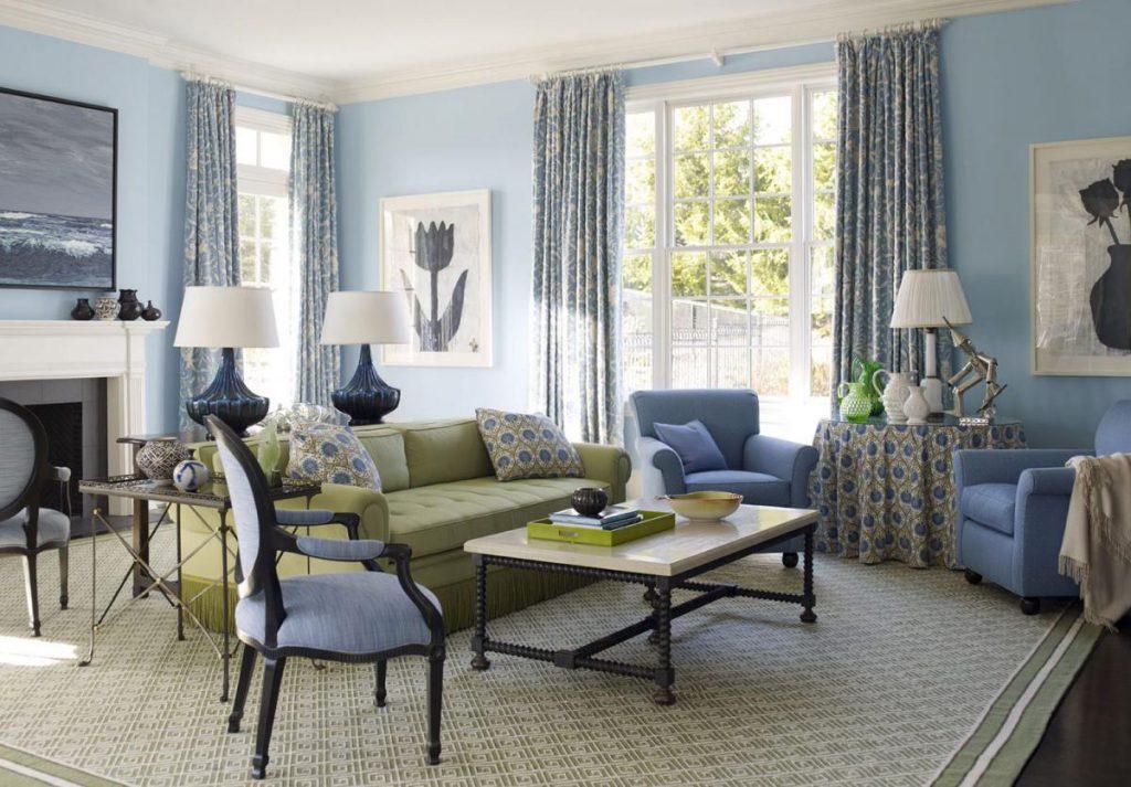 Светло-голубые обои в гостиной