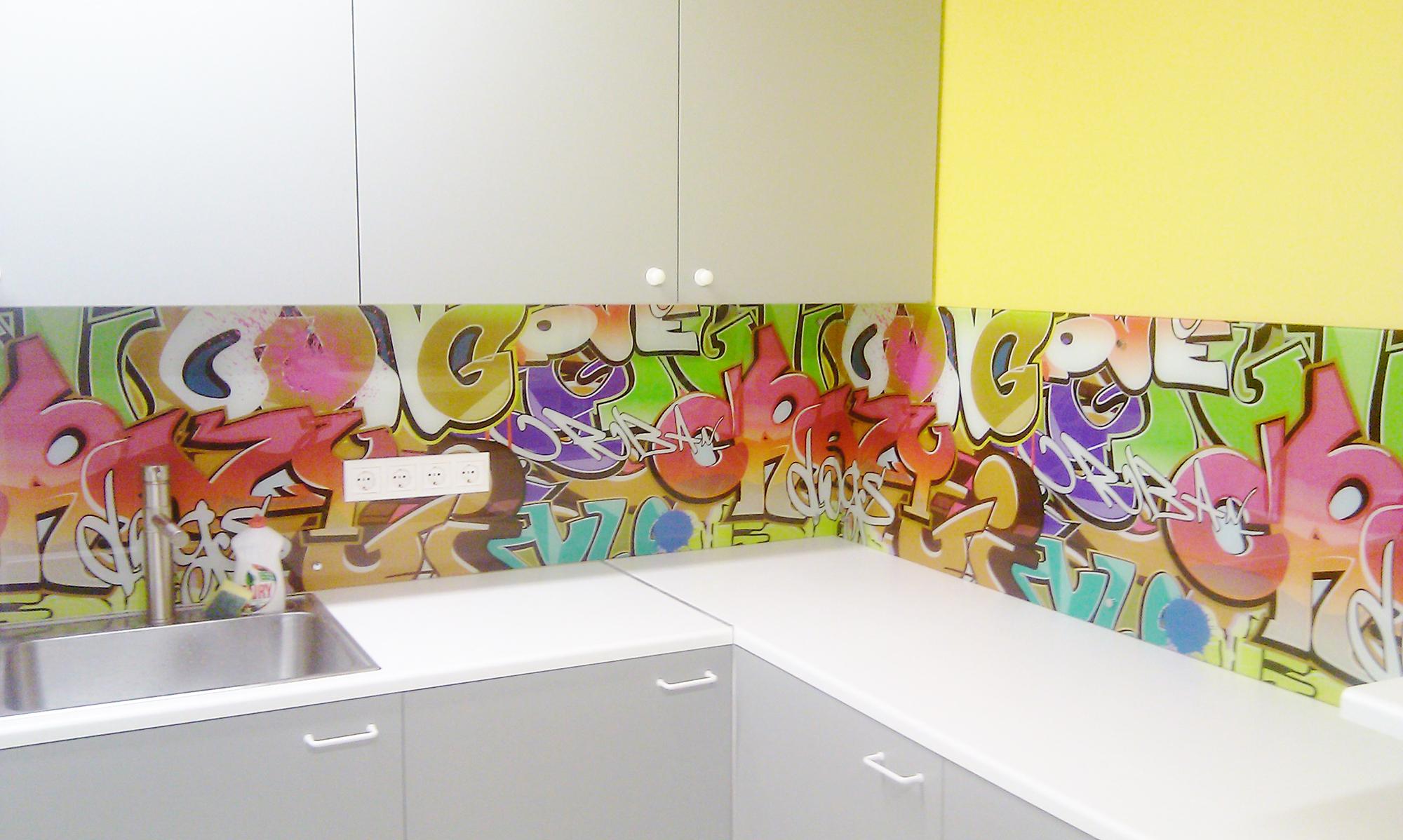 Фартук с граффити на кухне