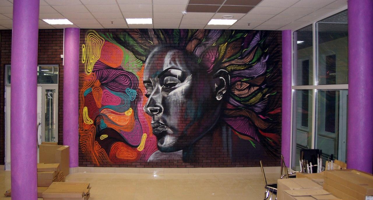 Большое граффити в интерьере