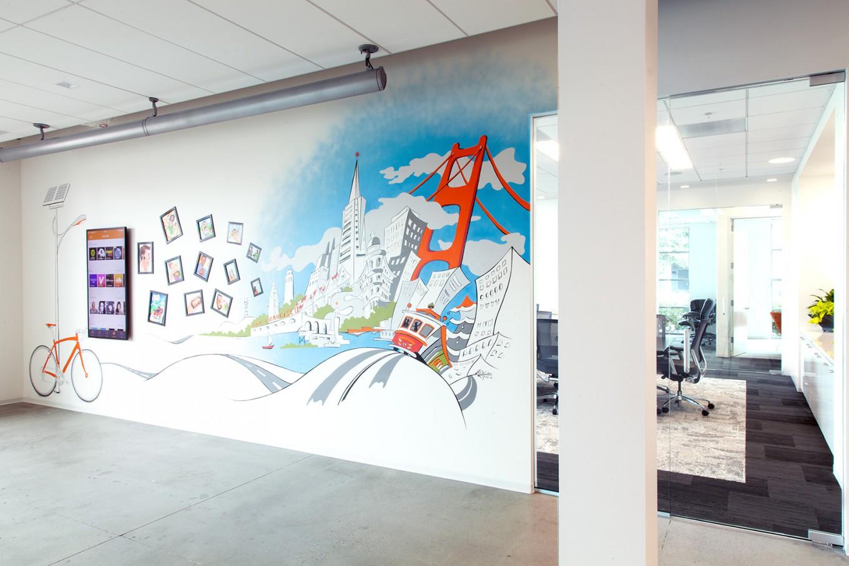 Яркий рисунок на стене в интерьере