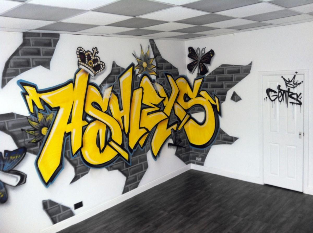 Граффити в интерьере светлой комнаты