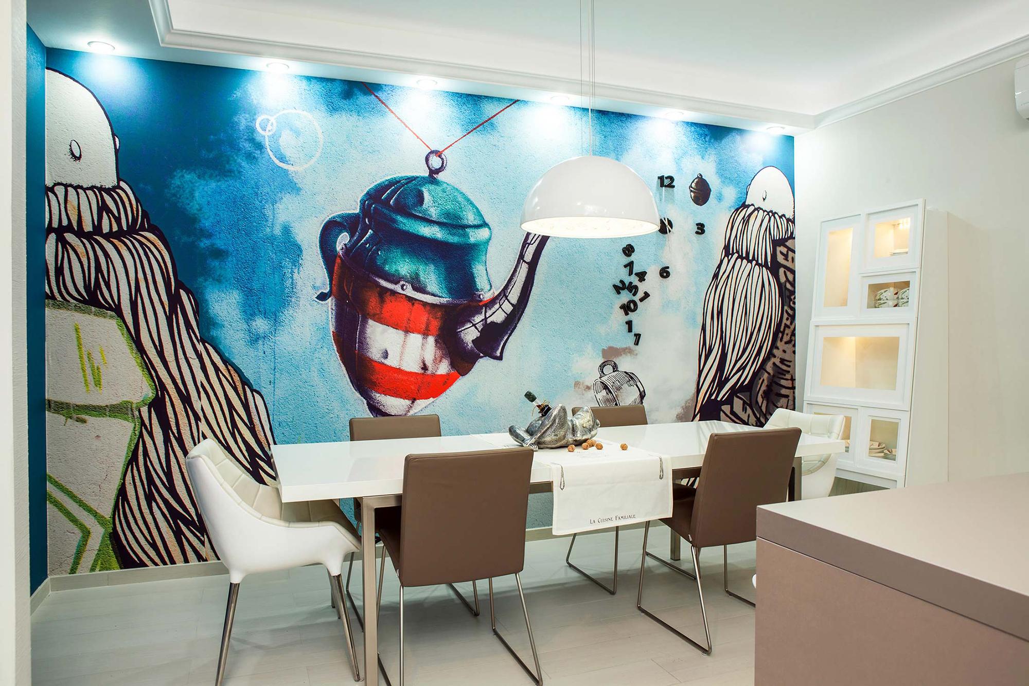 Кухня с рисунком на стене