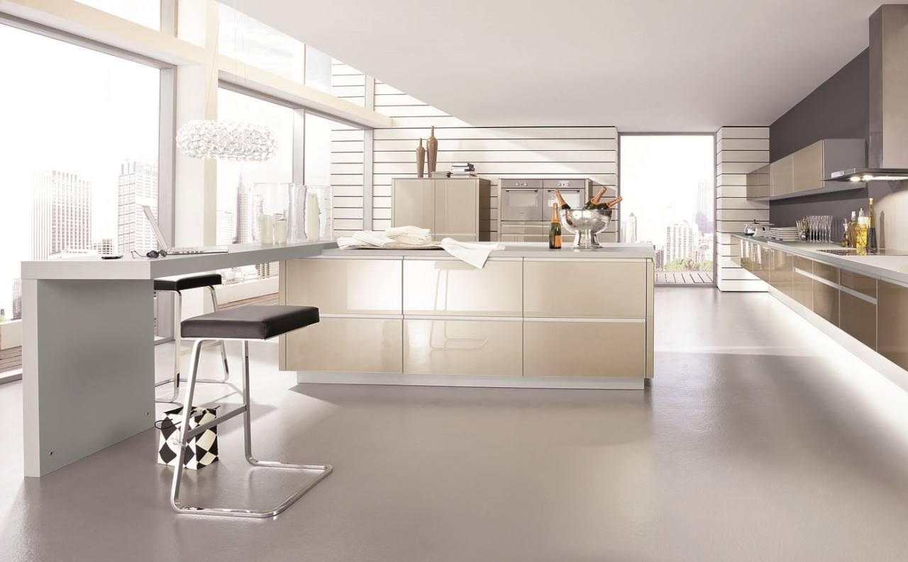 Светлая кухня с глянцевой мебелью