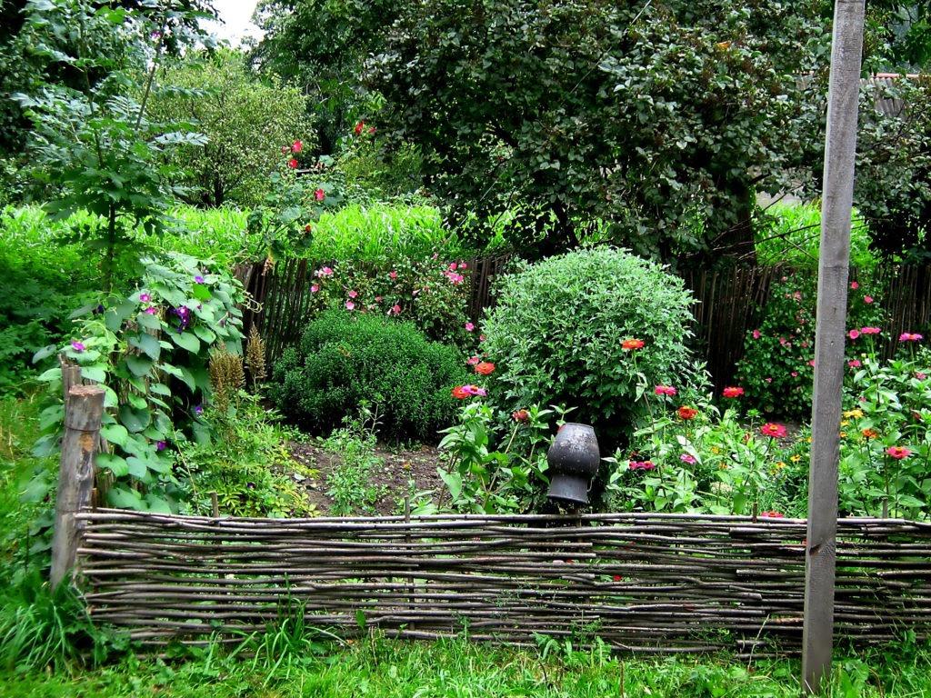 Плетеный забор для оформления цветов и растений