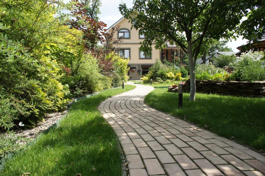 Интересная дорожка из светлой тротуарной плитки