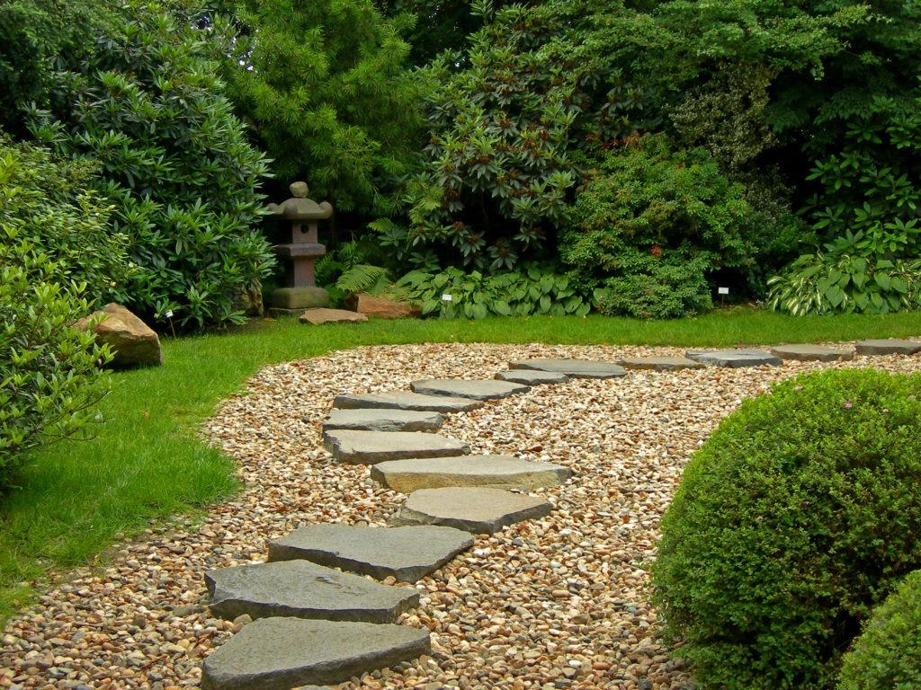 Каменная садовая дорожка, уложенная на гравий