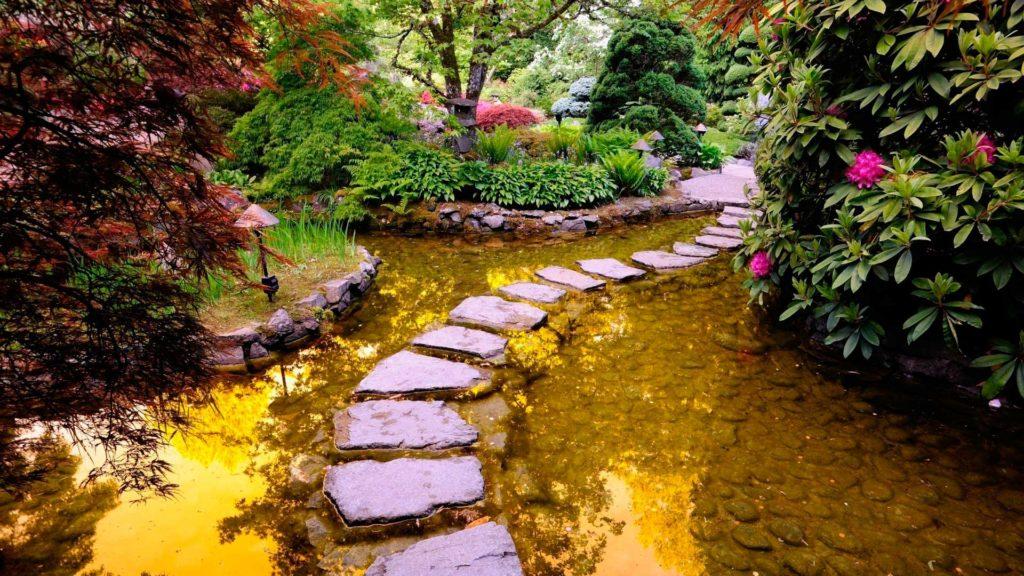Каменная садовая дорожка через пруд