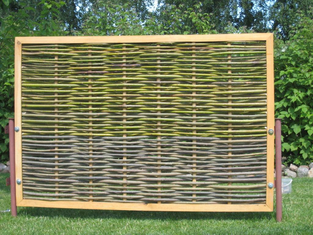 Плетеный забор в раме для дачи