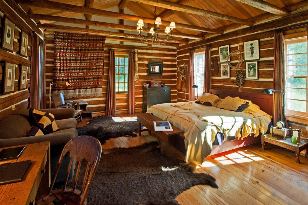 Просторная спальня с рабочим столом в русском деревенском стиле