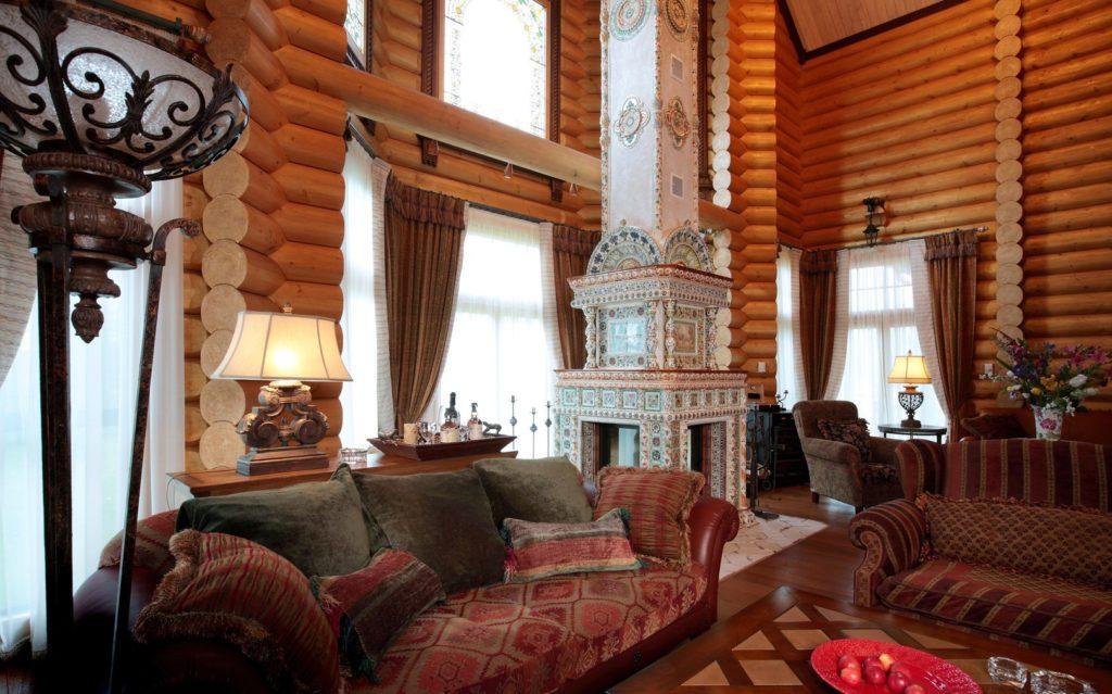 Гостиная с украшенным камином в русском деревенском стиле