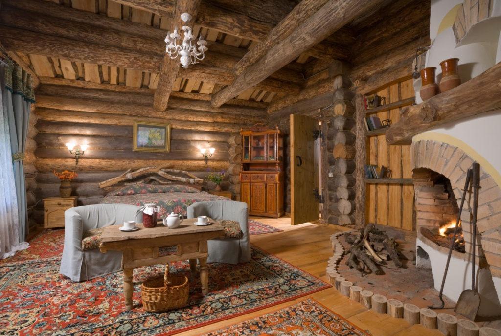 Спальня с угловым камином в русском деревенском стиле