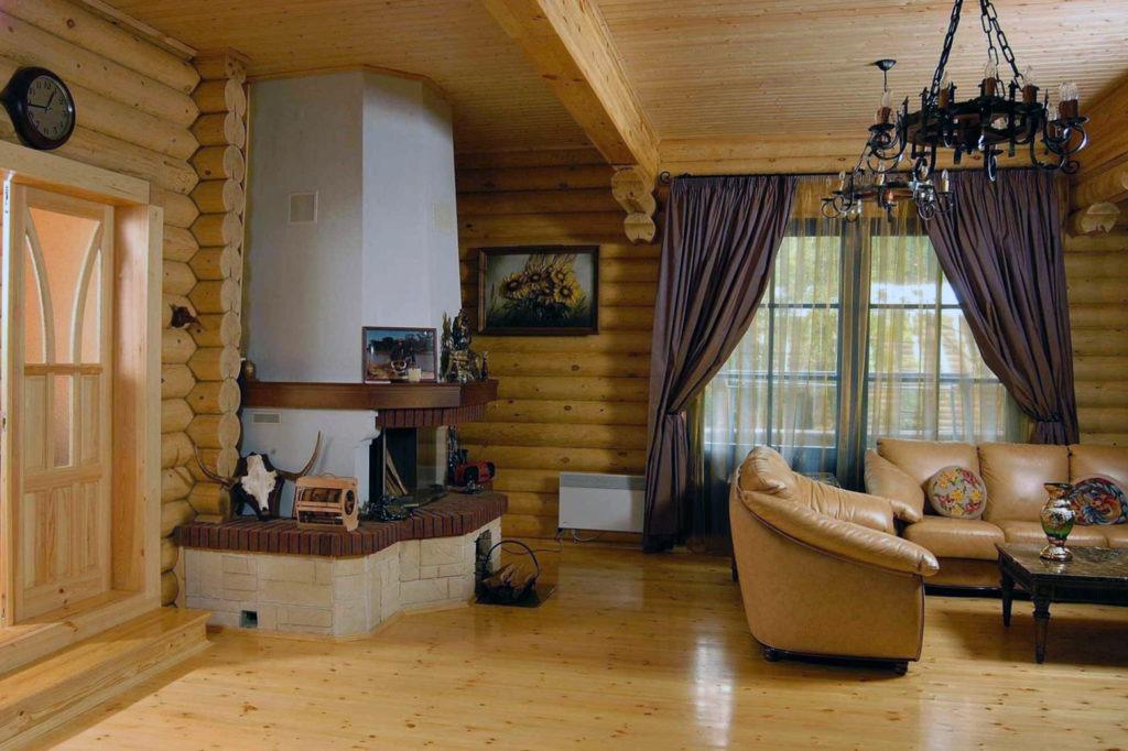 Большая гостиная с камином в русском деревенском стиле
