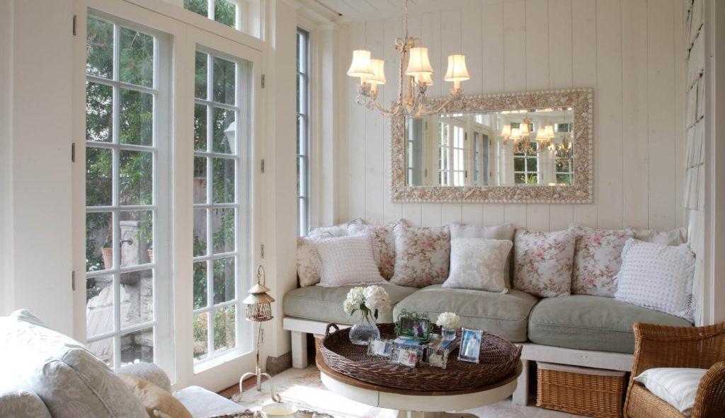 Гостиная в стиле прованс с видом на сад
