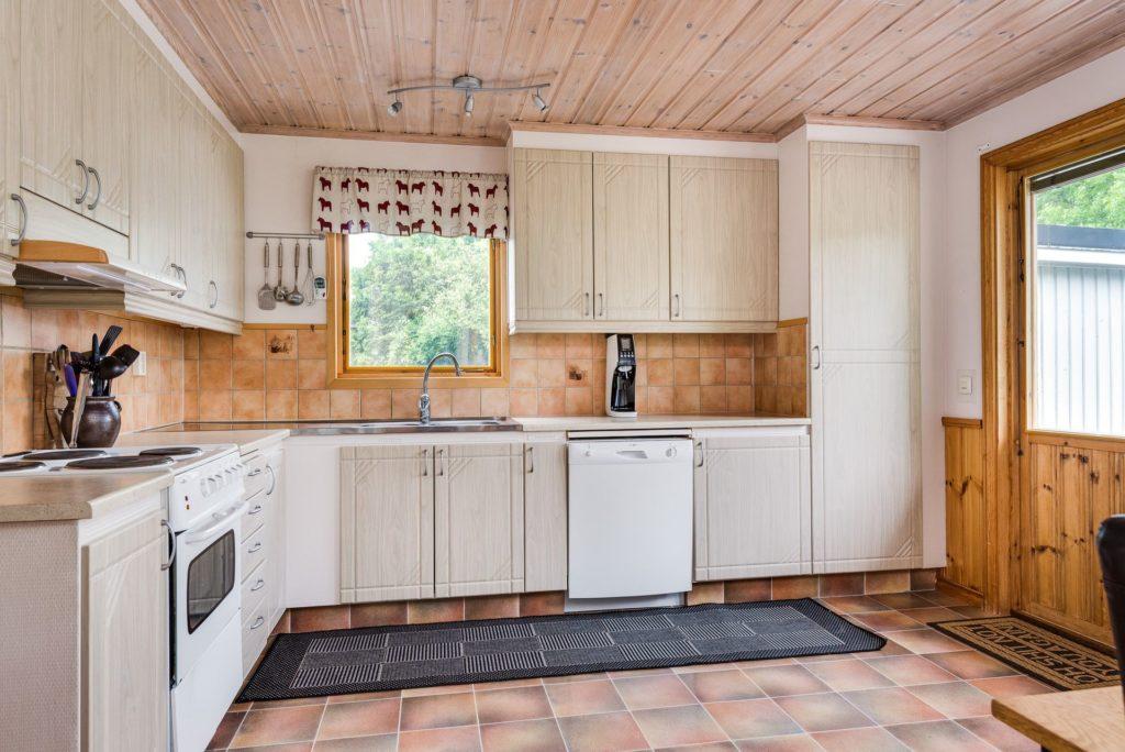 Небольшая уютная кухня в деревенском стиле