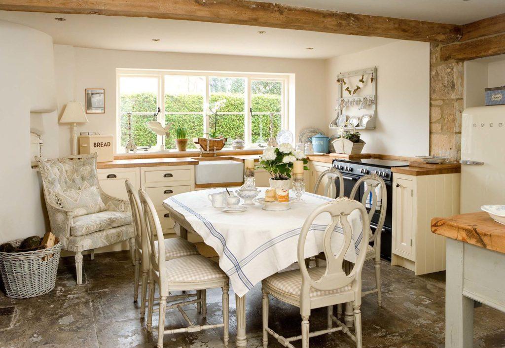 Кухня с каменным полом в деревенском стиле
