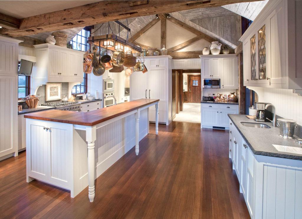 Кухня с островом в деревенском стиле