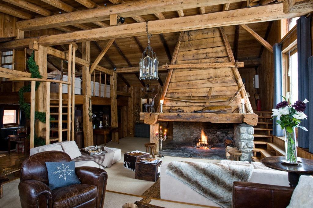 Гостиная комната с большим камином в деревенском стиле