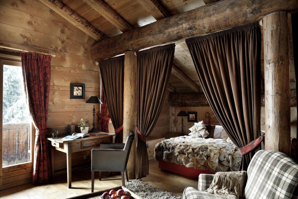 Спальня с занавесками в деревенском стиле