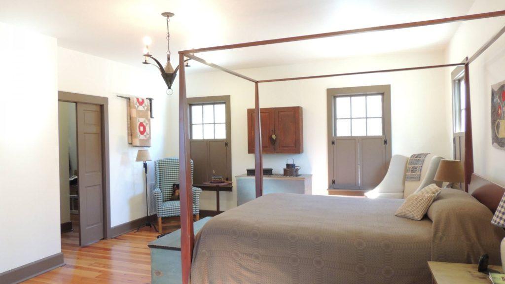 Спальня в простом деревенском стиле