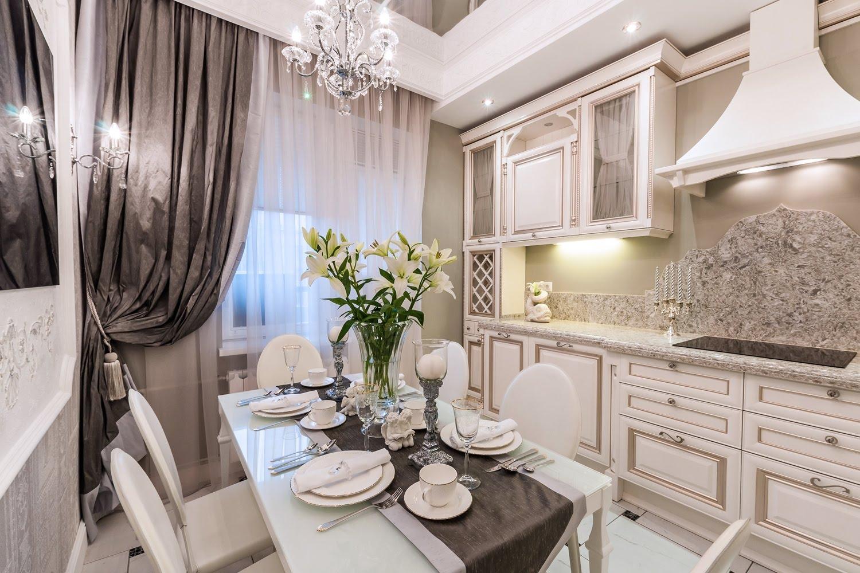 Красивая светлая кухня в итальянском стиле